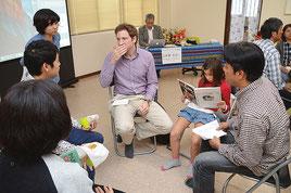 多文化共生ワークショップで外国人が防災面で意見交換した=16日、浜崎町
