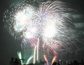 ▲1500発の花火が打ち上げられた「石垣島の夜空を飾る花火&レーザーショー」=21日夜、旧八島駐車場跡