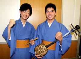 県の事業でマレーシア、シンガポールへ派遣される下地一真君(右)と藤吉海月君(左)=22日、県庁講堂