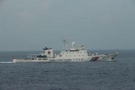 機関砲のようなものを搭載し、尖閣諸島周辺の接続水域を航行する「海警33115」(第11管区海上保安本部提供)