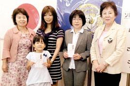 国際ソロプチミスト石垣の當山会長(右端)と「夢を生きる賞」を受賞した徳田さん(右から3番目)ら=16日午後