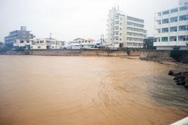 台風21号が襲来し、赤土で染まる石垣市の新川川河口=28日午後5時ごろ