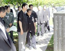 江渡防衛相は平和の礎の視察を行った=23日、平和祈念公園