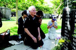 祖父母らの冥福を祈る棚原国次さん家族=23日午前、平和祈念公園(糸満市)