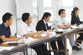 総合戦略の具体的施策について意見交換する策定委員会のメンバー=25日午後、港湾ターミナル