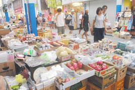 公設市場の路上で営業している店。訪れるのはほとんどが観光客(25日午後)