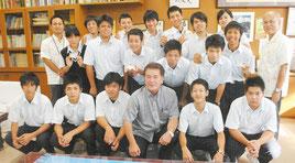 「小型車両系建設機械運転特別教育」を終了した生徒たちと黒嶋支部長(前列中央)=18日午後、八重農