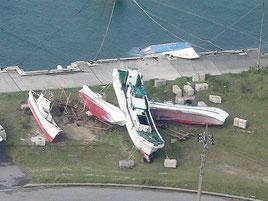台風21号で、与那国町では陸揚げされた小型船が横倒しになっている(石垣航空基地提供)