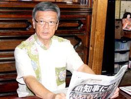 当選から一夜明け、報道陣のインタビューを受ける翁長氏=17日朝、那覇市の自宅