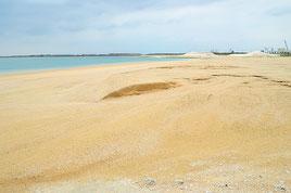 海びらきで使用する人工ビーチ。砂浜に段差がある=9日、南ぬ浜町