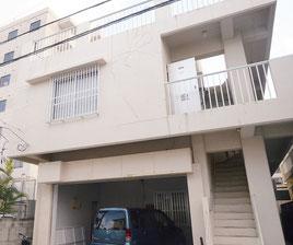 貸金業のアーネスト合同会社のあるアパート=28日午後、石垣市新栄町