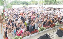 特別ゲストBEGINの歌に合わせて観客は「乾杯」と声を上げた=3日、鳩間島野外ステージ