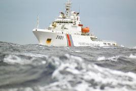尖閣周辺海域で高洲丸に接近する中国公船「海警」=9日午前10時ごろ(仲間均市議提供)