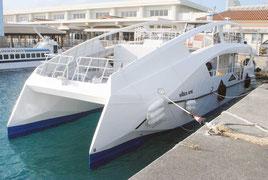 石垣港に入港した電気推進式遊覧船(13日午後)