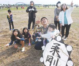 新春凧揚げ大会に参加した家族連れ=10日午前、南ぬ浜町