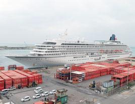 石垣港へ入港した国内最大級のクルーズ船「飛鳥Ⅱ」=4日午後、東横イン石垣島から撮影