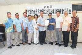 川満町長に提言書を提出する有識者委の上妻委員長と委員=23日午後、町役場