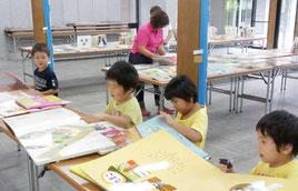竹富町内での移動図書館がスタートした(23日、竹富町教育委員会提供)