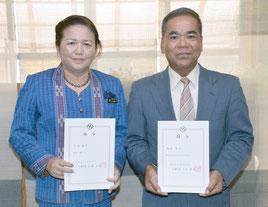 辞令交付された大田教育長(左)と教育委員の島村氏=1日、竹富町役場