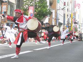 上里さんらによるエイサー演舞=25日、東京都新宿区