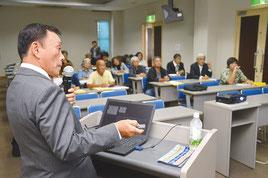 放送大学市民講座で玉津氏が講演した=5日、大濱信泉記念館
