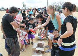各班から子どもたちにお菓子が配られた=2日、辺野古運動場