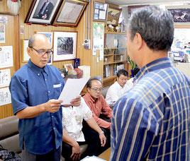 竹富公民館が川満栄長町長にホテル建設反対の要請を行った=16日、竹富町役場