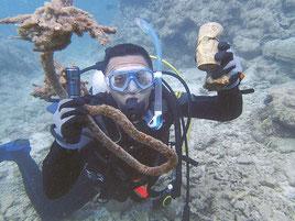 大崎の海中に沈むごみを拾うボランティアのダイバー(八重山マリンレジャー事業協同組合提供)