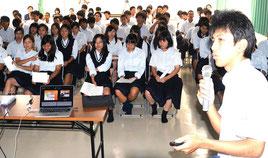 平得君がミャンマーの状況を報告した=11日、八重山農林高校
