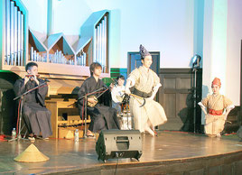 八重山の伝統舞踊などが披露された「綾唄」公演=14日午後、東京都新宿区(撮影、岸本一太郎)