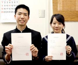 琉球大学医学部医学科の推薦入試に合格した高橋信之介くん(左)と長谷部郁さん(右)=12日午後、八重山高校