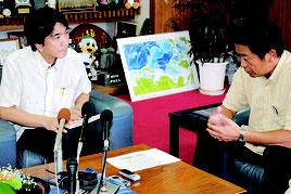 陸自配備の報道について中山市長に説明する森部長=13日午後、市役所