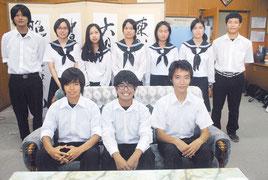 県生徒科学賞作品展で入賞した八重高の生徒=31日午後、同校