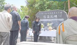 尖閣列島戦時遭難者遺族会の慰霊祭が行われた=3日、慰霊碑前