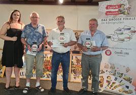 Moderatorin Tanja Haas gratuliert den Tarocksiegern 2020 Johann Zandt (2., Salzburg), Sieger Andreas Fellner (Feldkirchen) und Josef Breidt (3., St. Roman)