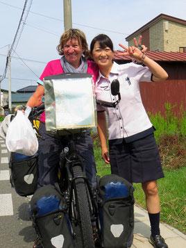 Unverhofft werden wir auf der Strasse mit Instant-Nudelsuppe beschenkt. Sie freut sich, dass wir ihr Land bereisen.
