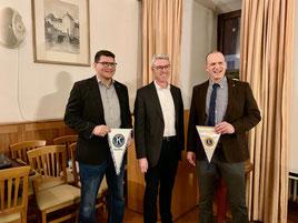 Wimpeltausch der beiden Präsidenten Dr. Florian Herpich und Christian Dummer