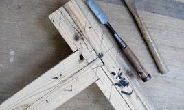2つの材木をつなぐ仕口と大工さんの代表的な道具ノミ。(上の2枚を含めて写真提供:関口さん)