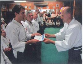 """Remise du Certificat d'Aptitude par le """"Waka-Sensei"""" (Shi-Han de l'AEJT et fils du Soke)"""