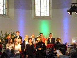 Der Gospelchor und Band in Aktion