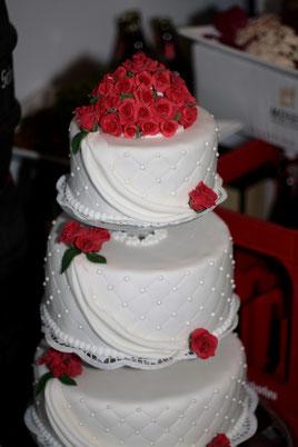 Hochzeitstorte rote Rosen Perlen klassisch vintage