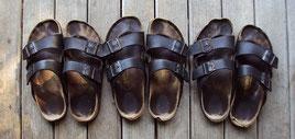 Birkenstock-Sandalen am Steg