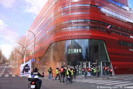 Manifestation du 17 avril 2016 : les militants de la FFMC collent des tracts anti-CT sur la façade du Ministère de l'Intérieur, où siège le Délégué Interministériel à la Sécurité Routière (E. Barbe)