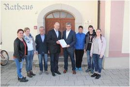 Elternvertreter übergeben die Petition für die Oberdischinger Schule an Bürgermeister Friedrich Nägele , Foto: sz dvd