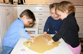 Die Kinder beim Teig ausstechen