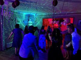 DJ mit Discokugel im Hotel Vier Jahreszeiten Buckow (Märkische Schweiz)