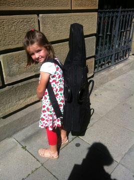 Jule, 5 Jahre, vor der ersten Cellostunde