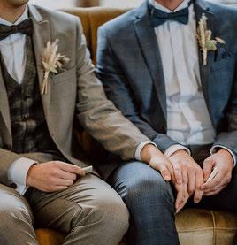 Freie Trauung in den Weinbergen im Rheingau Zwei Männer heiraten Gay Wedding Liebe ist bunt