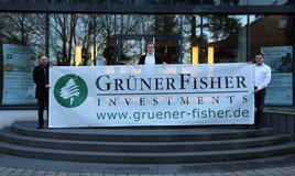 Das Foto zeigt Thomas Grüner (Geschäftsführer GFI), Kai Altvater und Tobias Bisch (beides Mitarbeiter GFI und gleichfalls Spieler beim FV Weilerbach).