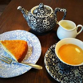 キャラウェイシードケーキとミルクティー